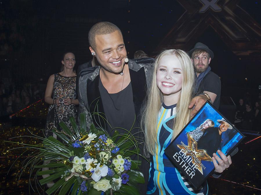 En glad Emilie Esther sammen med Remee efter hun har vundet xfactor finalen i Jyske Bank Boxen i Herning